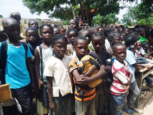 Les élèves de l'école primaire Sarfalao E de Bobo-Dioulasso attendent la remise du don de kits scolaires de Lydia Ludic Burkina Faso