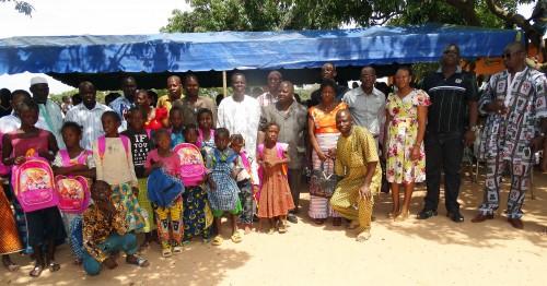 Lydia Ludic Burkina Faso a fait don de kits scolaires à l'école primaire Sarfalao E de Bobo-Dioulasso