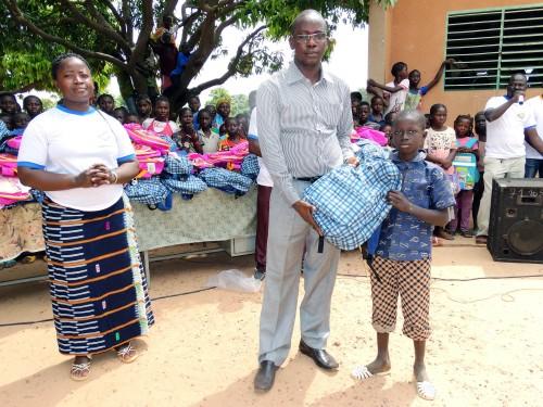 Remise du don de kits scolaires de Lydia Ludic Burkina Faso à un élève de l'école primaire Sarfalao E de Bobo-Dioulasso
