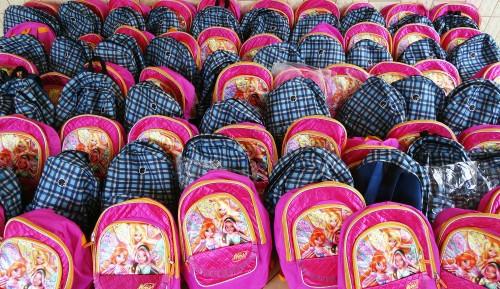 Kits scolaires offerts par Lydia Ludic Burkina Faso aux élèves de l'école primaire Sarfalao E de Bobo-Dioulasso