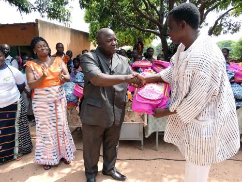 M. Idrissa TINTO remet le don de Lydia Ludic Burkina Faso aux élèves de l'école primaire Sarfalao E de Bobo-Dioulasso