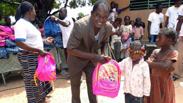 Lydia Ludic Burkina Faso a fait don de kits scolaires aux élèves de l'école primaire Sarfalao E à Bobo-Dioulasso - Mamadou OUATTARA