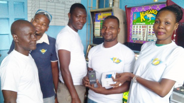 L'heureux gagnant du Téléphone Portable 3G mis en jeux par Lydia Ludic Côte d'Ivoire dans son Espace de Jeux et de Loisirs du quartier Grand Marché de Yamoussoukro