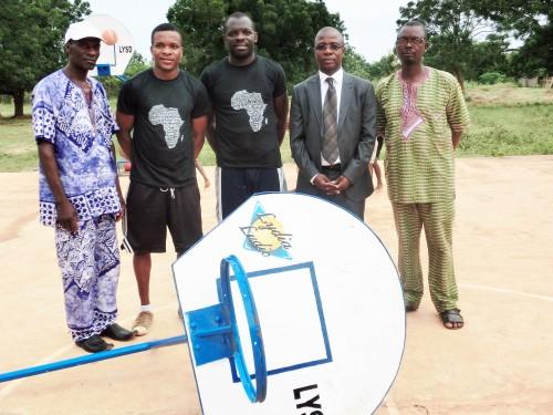 Les responsables de l'association LYSD, du régent du canton de Kouvé et de Francis MATCHAME, le Directeur des Ressources Humaines de Lydia Ludic Togo