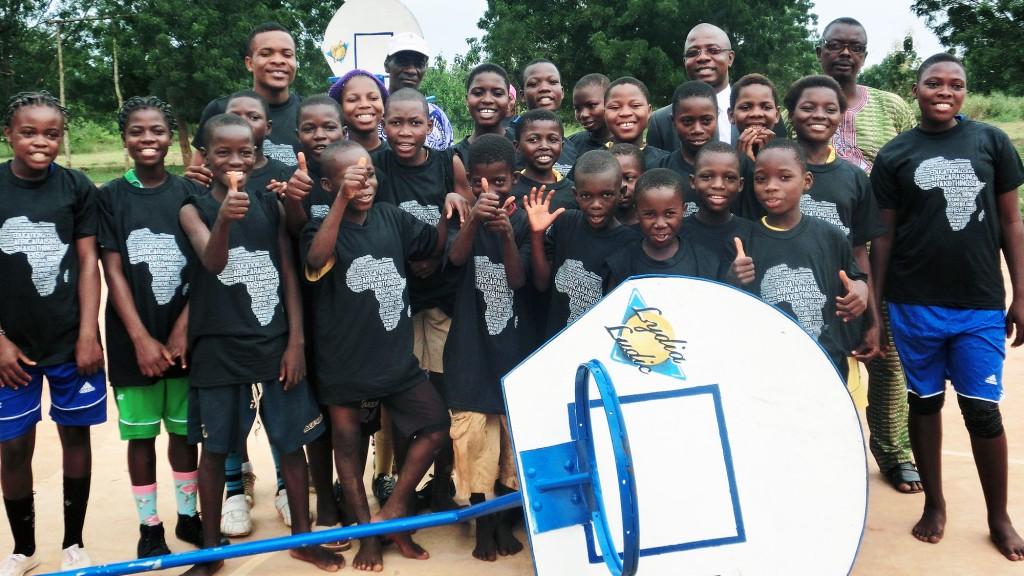Lydia Ludic Togo a fait un don de paniers de basket-ball aux enfants de Kouvé
