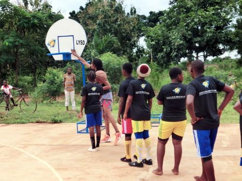 Les enfants de Kouvé séchauffe avant de jouer au Basket-ball avec le snouveaux paniers offerts par Lydia Ludic Togo