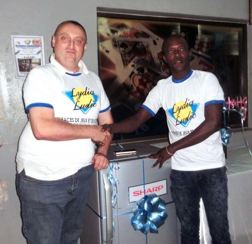 Le gagnant du frigo mis en jeu lors de la tombola organisée par Lydia Ludic Togo dans son Espace de Jeux et de Loisirs du quartier Atikoumé à Lomé