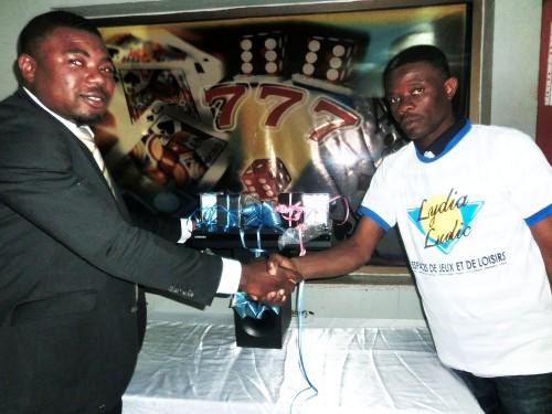 Le gagnant du Home Cinéma mis en jeu lors de la tombola organisée par Lydia Ludic Togo dans son Espace de Jeux et de Loisirs du quartier Atikoumé à Lomé