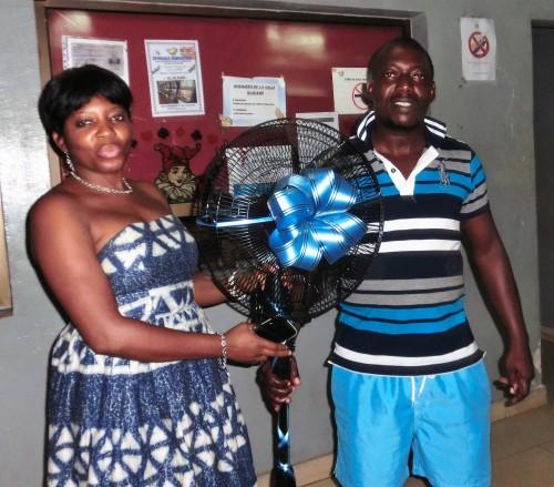 Le gagnant du ventilateur mis en jeu lors de la tombola organisée par Lydia Ludic Togo dans son Espace de Jeux et de Loisirs du quartier Atikoumé à Lomé