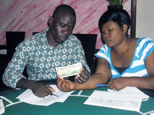 Les agents de Lydia Ludic Togo s'entraîne à détecter les faux billets de banque