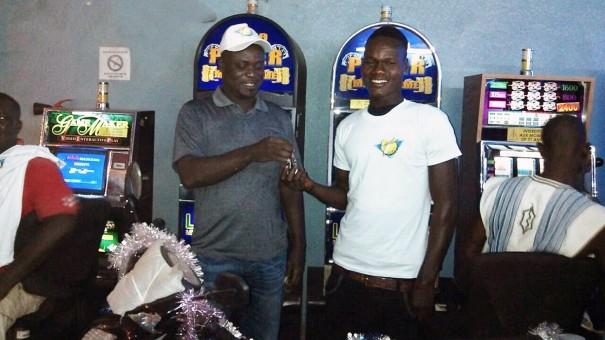 Le gagnant de la tombola organisée par Lydia Ludic Côte d'Ivoire dans son Espace de Jeux et de Loisirs du quartier Cité à San Pedro