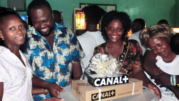 L'heureux gagnant de la tombola organisée par Lydia Ludic Togo dans son Espace de Jeux et de Loisirs du quartier Kodjoviakope à Lomé