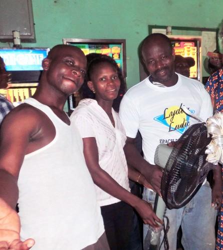 L'heureuse gagnante du ventilateur de la tombola organisée par Lydia Ludic Togo dans son Espace de Jeux et de Loisirs du quartier Kodjoviakope à Lomé