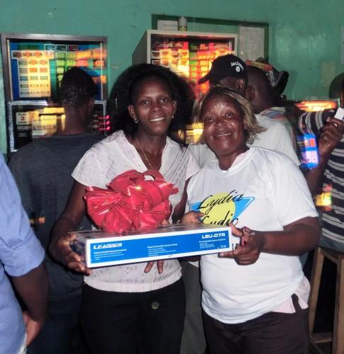 L'heureuse gagnante du lecteur DVD de la tombola organisée par Lydia Ludic Togo dans son Espace de Jeux et de Loisirs du quartier Kodjoviakope à Lomé