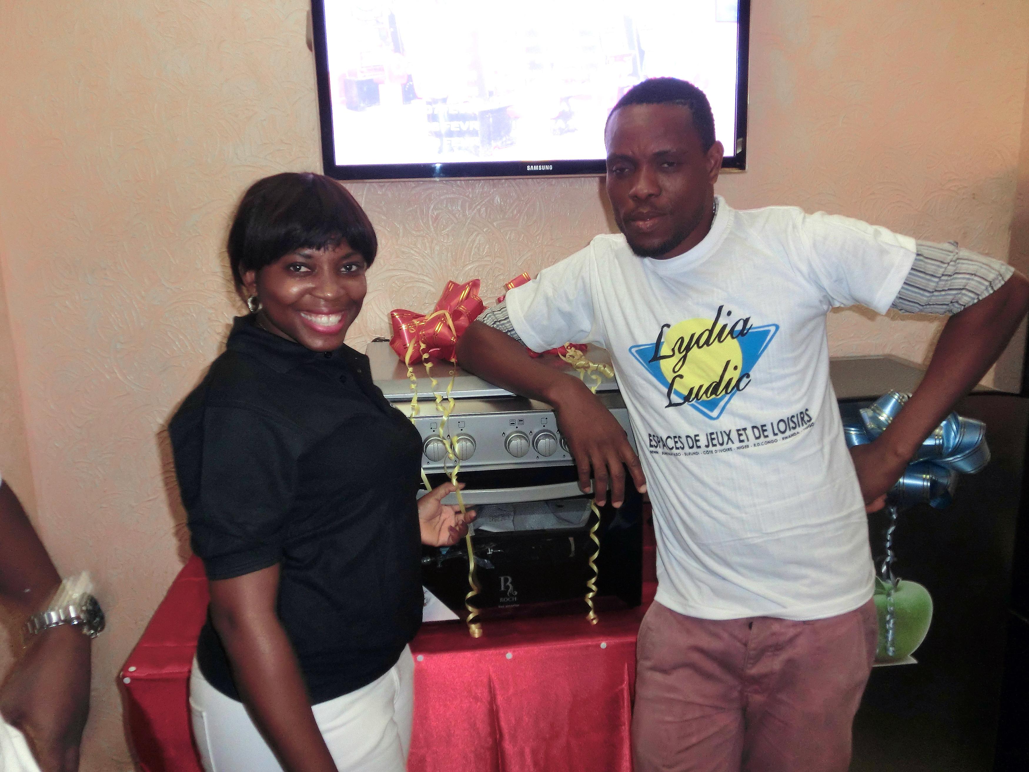 Le gagnant du mini-four electrique de la tombola organisée par Lydia Ludic Togo dans son Espace de Jeux et de Loisirs du quartier Ramco à Lomé
