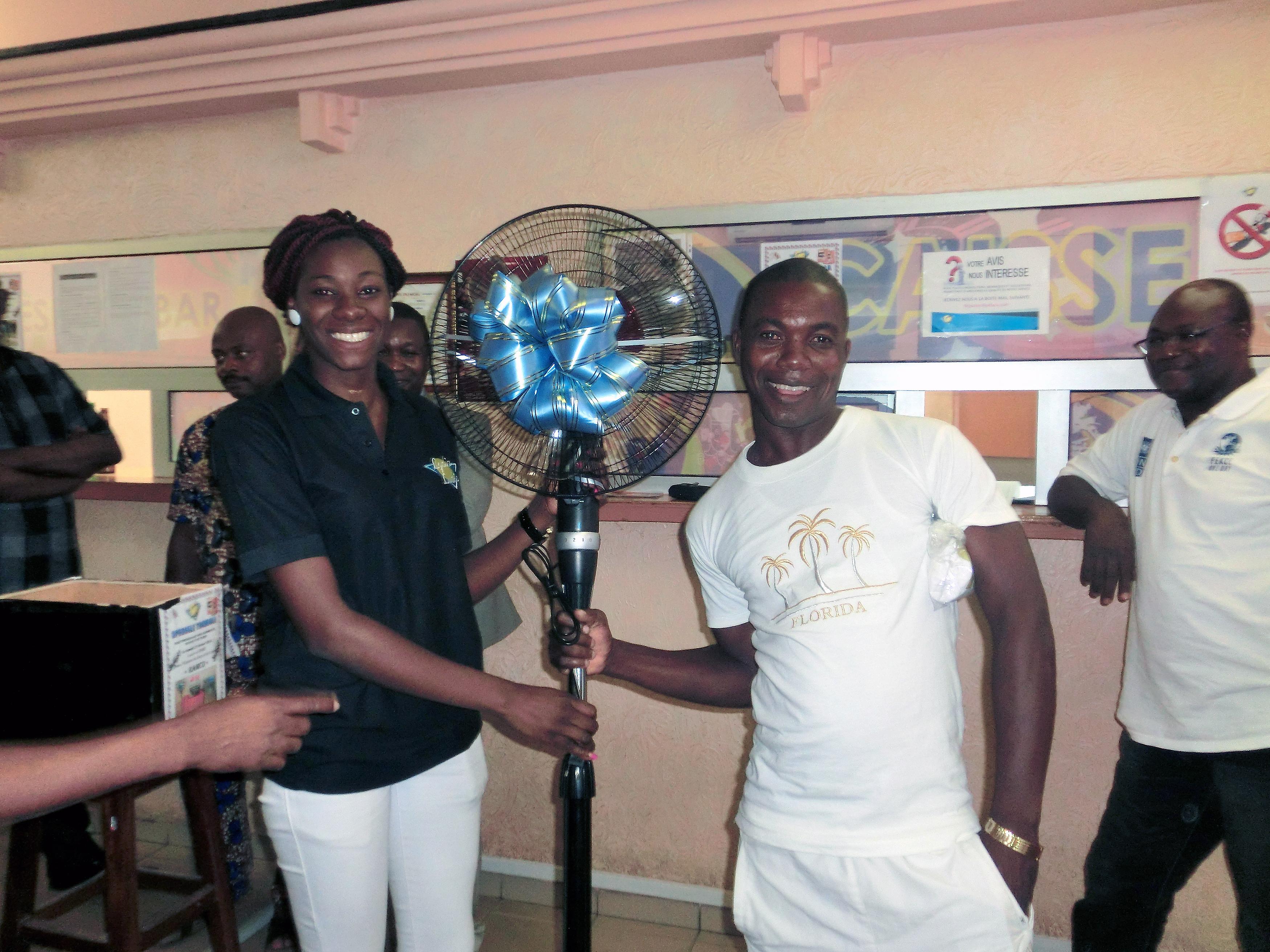 Le gagnant du ventilateur electrique de la tombola organisée par Lydia Ludic Togo dans son Espace de Jeux et de Loisirs du quartier Ramco à Lomé