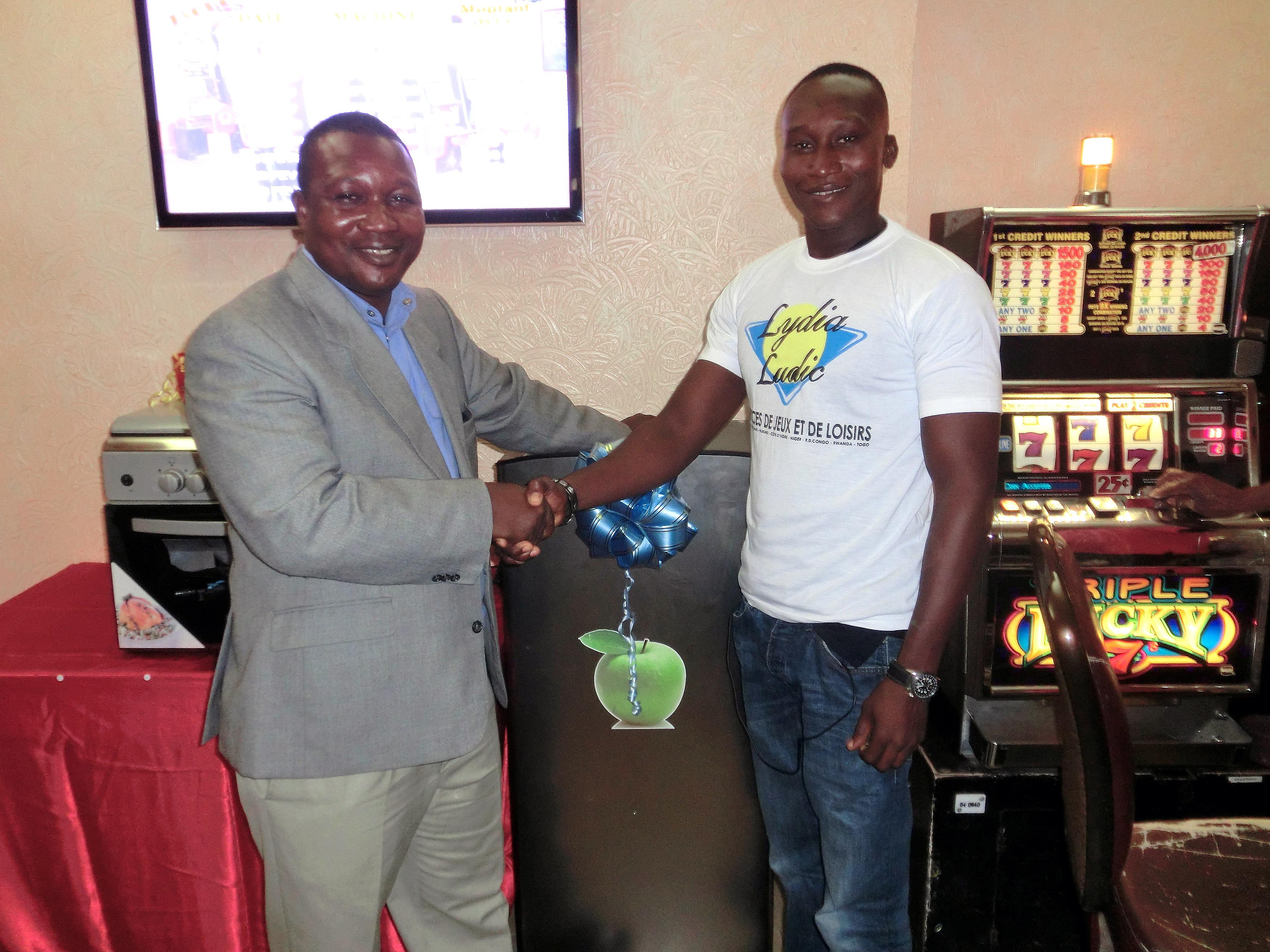 Le gagnant du frigo electrique de la tombola organisée par Lydia Ludic Togo dans son Espace de Jeux et de Loisirs du quartier Ramco à Lomé