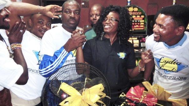 Tirage au sort de la tombola organisée par Lydia Ludic Togo dans son Espace de Jeux et de Loisirs du bar partenaire Planète 2000, dans le quartier Adidogomé de Lomé