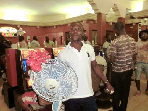 Tirage au sort de la tombola organisée par Lydia Ludic Togo dans son Espace de Jeux et de Loisirs du quartier Dékon à Lomé