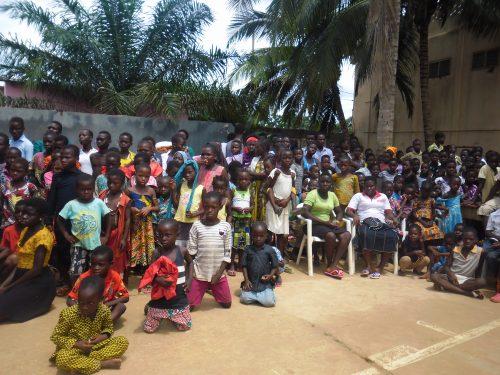 Lydia Ludic Togo fait don de kits scolaires aux élèves du Lycée de Kouvé - Septembre 2016