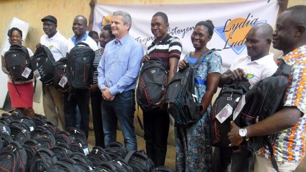 Lydia Ludic Togo fait don de kits scolaires aux enfants de ses employés