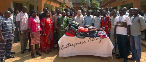 Lydia Ludic Burkina Faso fait don de kits scolaires aux enfants de ses employés