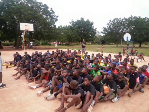 Lydia Ludic Togofait don de paniers de Basket-ball aux enfants de Kouvé - Octobre 2015