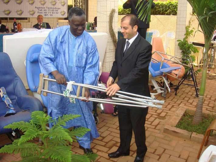 Lydia Ludic Burkina Faso fait un don à l'hôpital universitaire Souro-Sanou - Décembre 2009