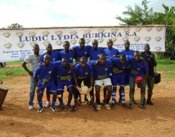 Lydia Ludic Burkina Faso équipe les participants de la Coupe Ouédraogo - Mai 2010