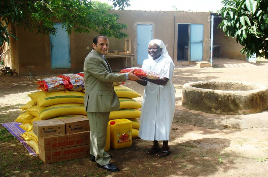 Lydia Ludic Burkina Faso tend la main au foyer d'accueil de Saint-André de Saaba - Juillet 2010