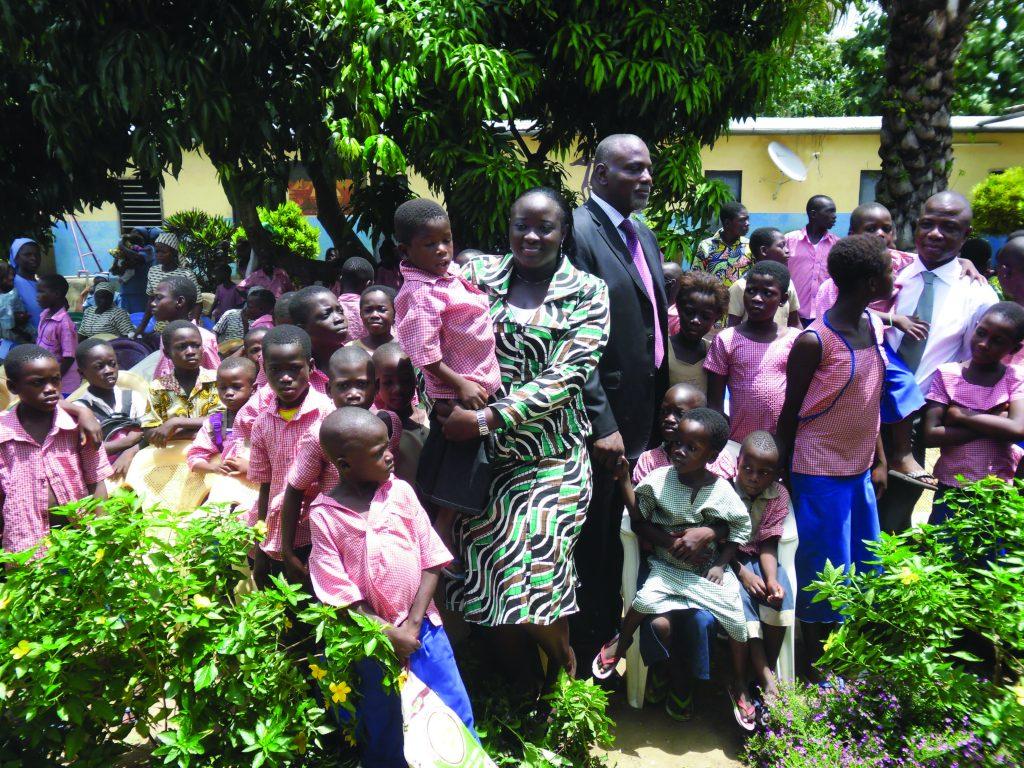Lydia Ludic Togo fait don de matériel scolaire à 2 orphelinats - Octobre 2011