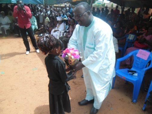Lydia Ludic Burkina Faso récompense les meilleurs élèves de l'école primaire de Sarfalao - Juillet 2013