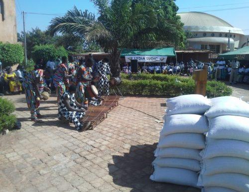 Lydia Ludic Burkina Faso fait un donaux plus défavorisés - Novembre 2013