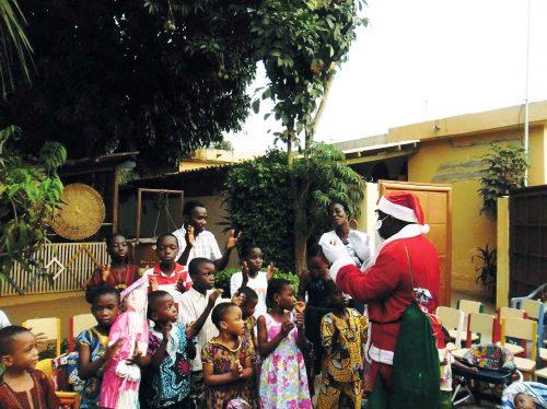 Le Père-Noël Lydia Ludic rend visite aux enfants togolais - Décembre 2013