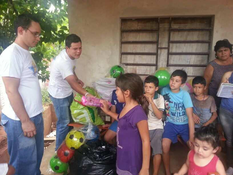 Lydia Ludic Paraguayoffre des jouets aux orphelins de Villa Elisa - Janvier 2013