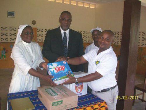 La Pouponnière Sainte-Claire reçoit le soutien de Lydia Ludic Togo - Février 2011