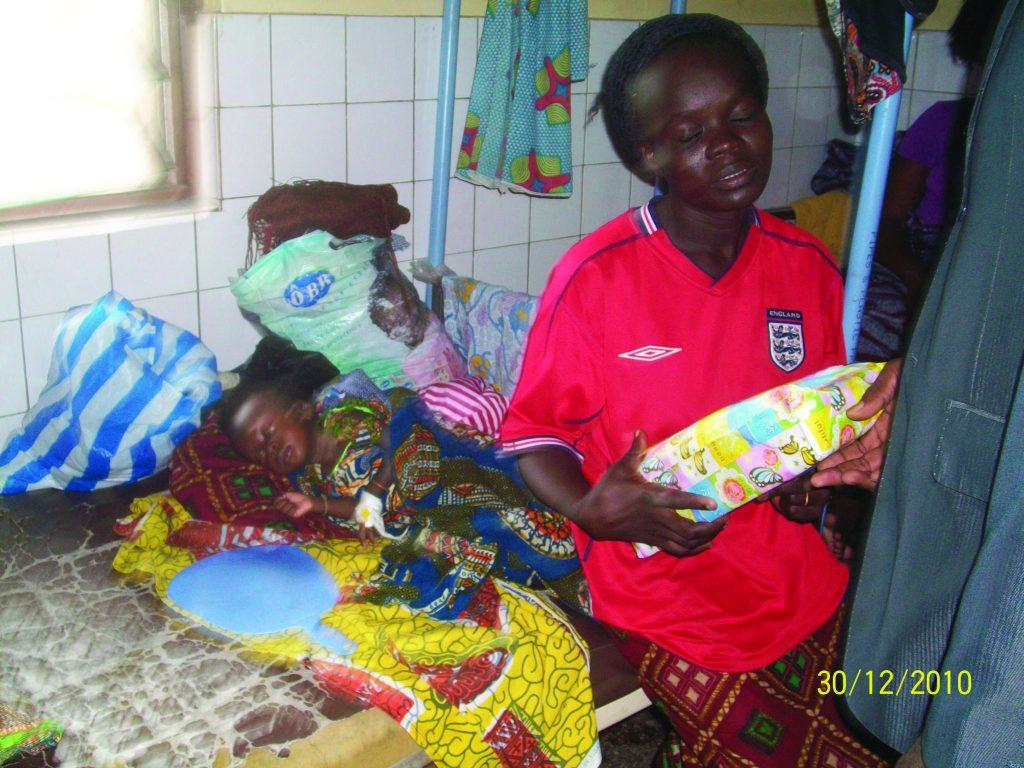 Lydia Ludic Togo offre des cadeaux de Noël aux enfants de l'hôpital de Bè - Décembre 2010