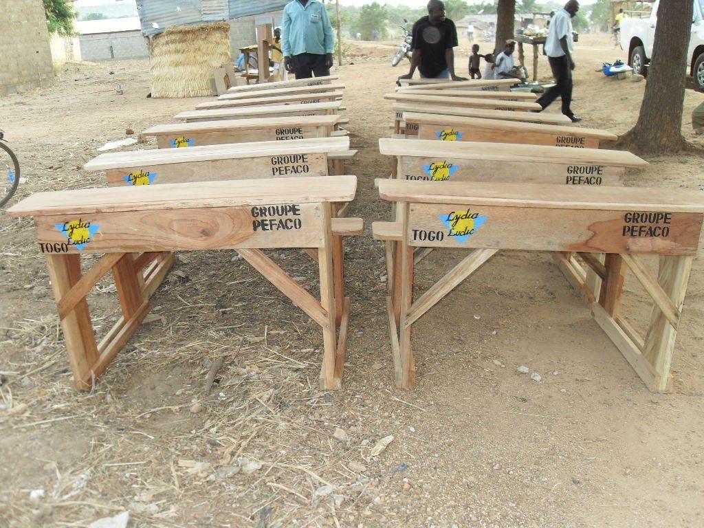 Lydia Ludic Togo offre des bancs à l'école du village de Galé - Mai 2011