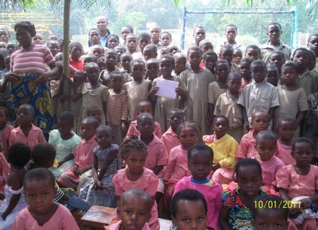 Lydia Ludic Togo offre des kits scolaires aux enfants duvillage agricole d'Assahoun-Fiagbé - Janvier 2011