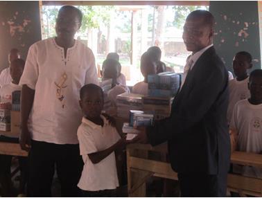 Lydia Ludic Togo offre du matériel scolaire aux enfants de l'association APPEL - Avril 2013