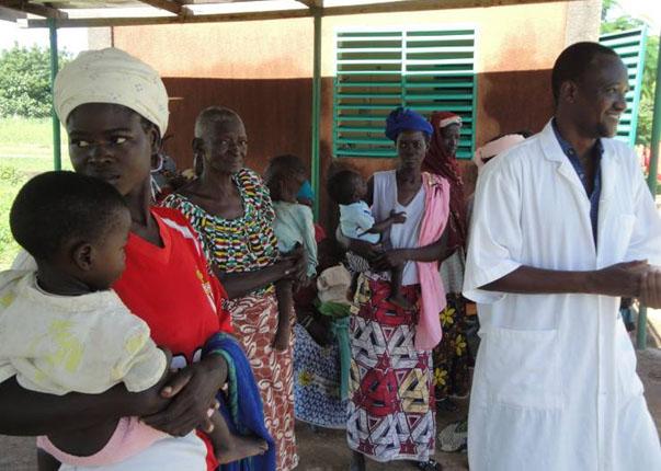 Lydia Ludic Burkina Faso fait un don au Centre de Santéde la commune de Dapelogo - Aout 2010