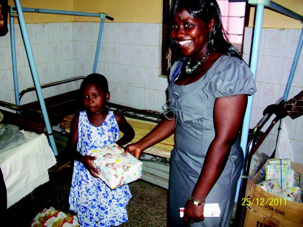 Lydia Ludic Togo offre des cadeaux de Noël aux enfants de l'hôpital de Bè